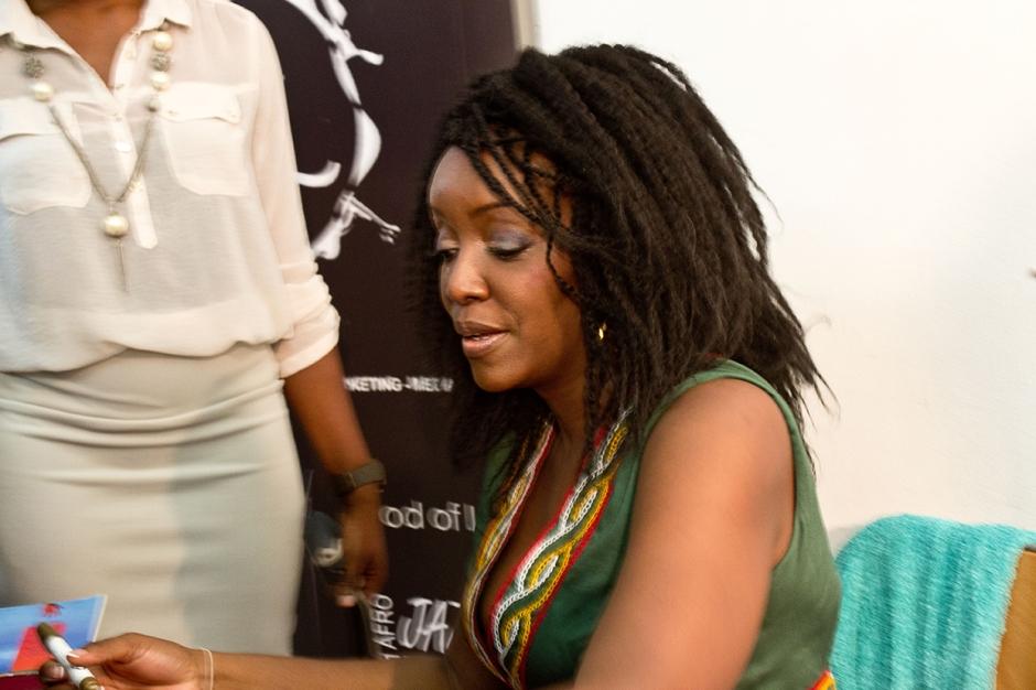 Kaissa Signe des autographes après son concert à l'Istitut Français de Yaoundé © Cameroon Traveler Magazine