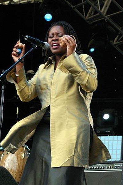 Coco Mbassi en concert en Europe