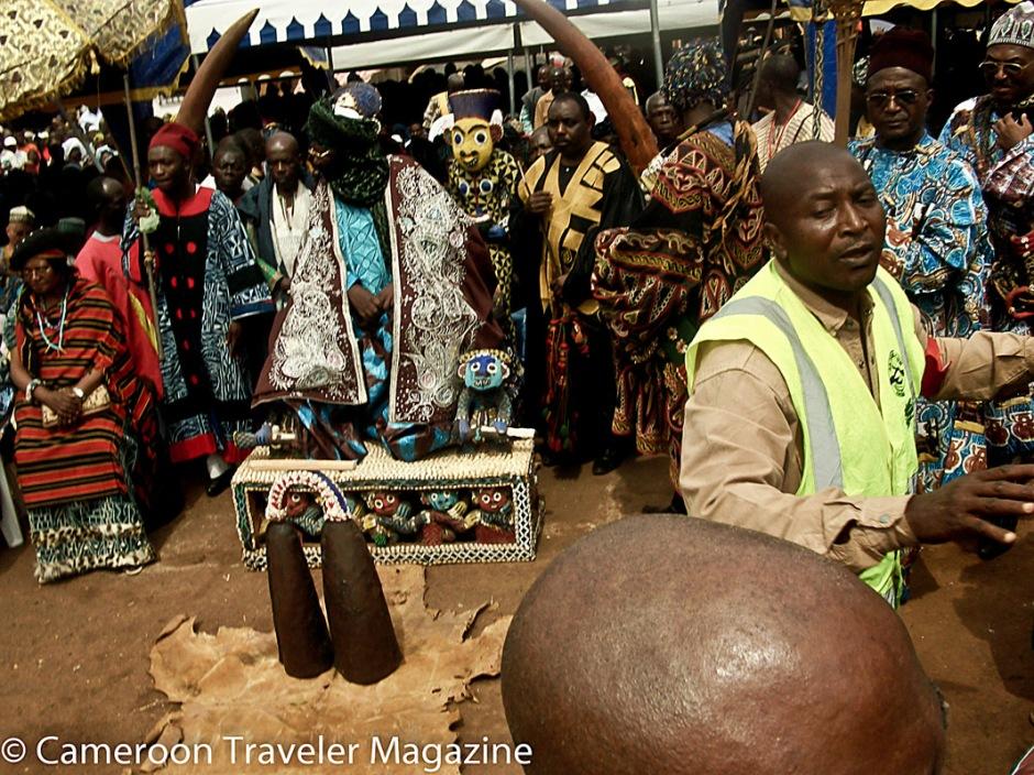 Ngouon 2012: Le Roi est installé sur le trône de Ncharé Yen après son jugement.