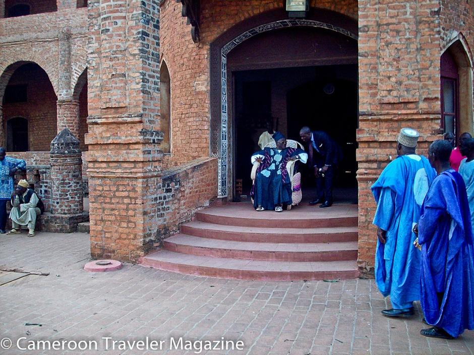 Le Sultan, installé à l'entrée du palais